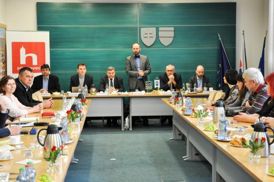Pracovné rokovanie predsedu TTSK s primátormi a starostami okresu Hlohovec ab0f185c1db